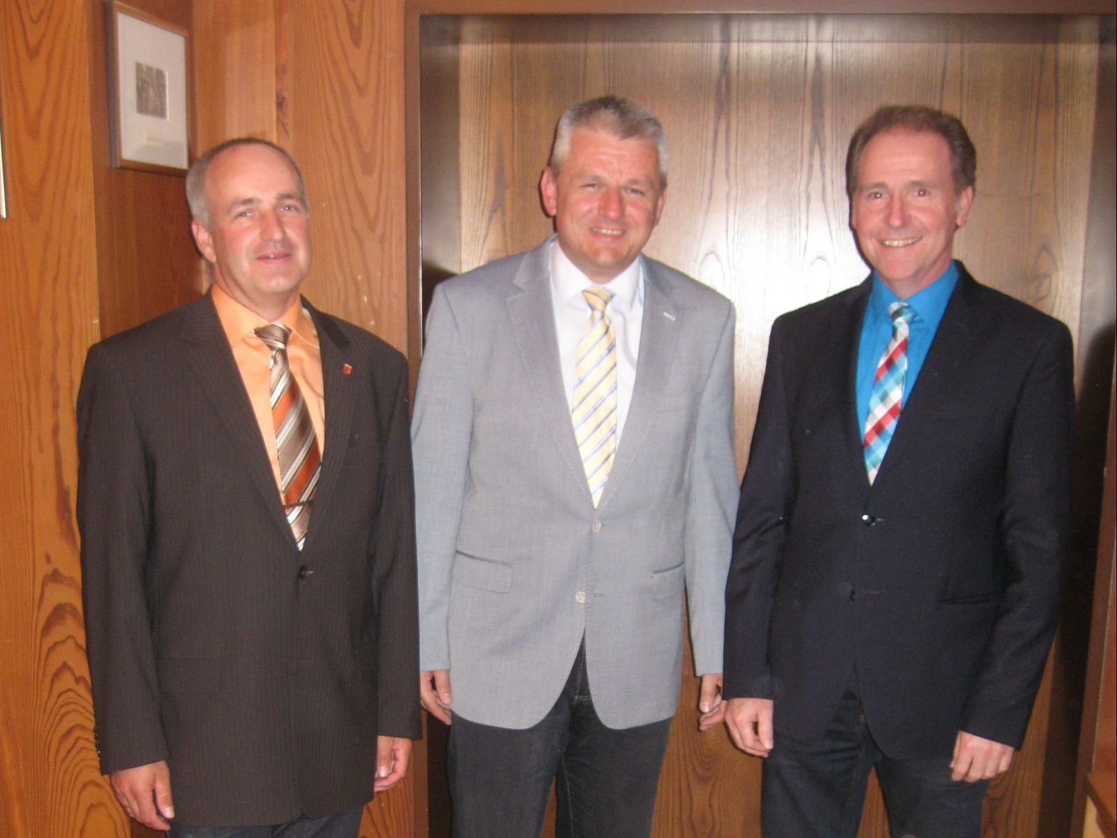 Hartmut Weeber (links) und Jochen Grausam (rechts) unterstützen Bürgermeister Jörg-Michael Teply künftig als ehrenamtliche Bürgermeister-Stellvertreter